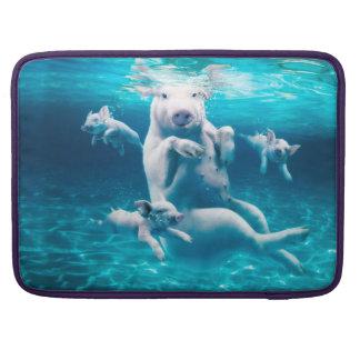 Het strand van het varken - zwemmende varkens - MacBook pro beschermhoes