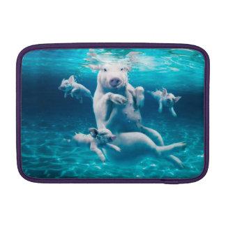 Het strand van het varken - zwemmende varkens - sleeve for MacBook air