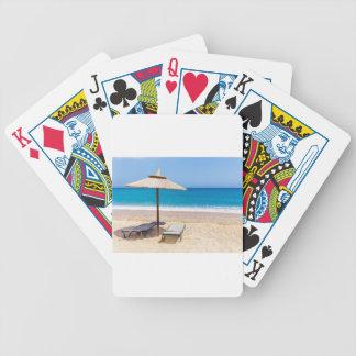 Het strandparaplu van het riet met lanterfanters poker kaarten