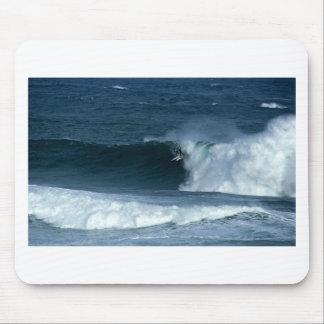 Het surfen grote golven in Nieuw Zeeland Muismatten
