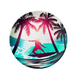 Het surfen met palmen porseleinen bord