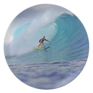 Het surfen van een reusachtige groene tropische go party bord