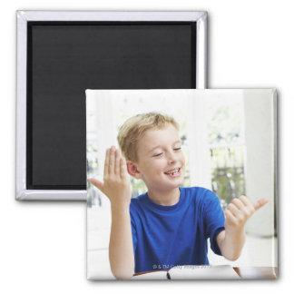 Het tellen van de jongen op zijn vingers om van magneet
