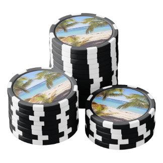 Het tropische uitzicht van het de zomerstrand met pokerchips
