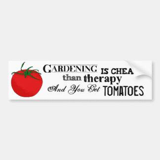 Het tuinieren = Therapie + Tomaten Bumpersticker
