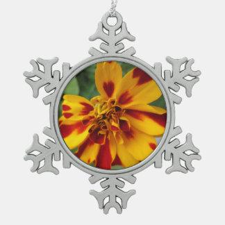 Het Tweekleurige Gele Rood van de goudsbloem Tin Sneeuwvlok Ornament