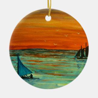 Het varen bij zonsondergang rond keramisch ornament