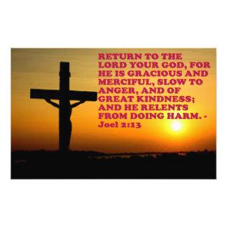 Het Vers van de bijbel van 2:13 Joel. Foto Afdruk