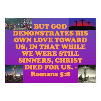 Het vers van de bijbel van het 5:8 van Romeinen. Foto Afdruk