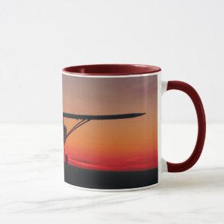 Het vliegen in de zonsondergangmok mok