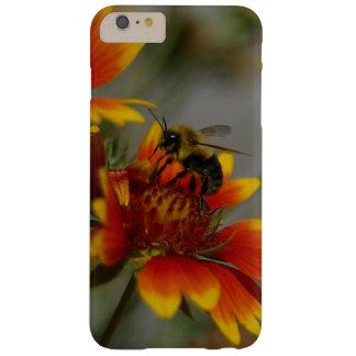 Het voederen van de bij op een bloem barely there iPhone 6 plus hoesje