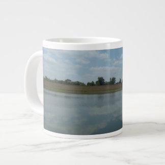Het Water van het meer wijst op de Pluizige Witte Grote Koffiekop