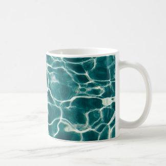 Het waterpatroon van de pool koffiemok
