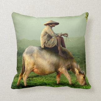 Het Weiden van de koe met Landbouwer in een Sierkussen