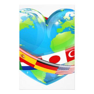Het wereldbol van het hart met vlaggen briefpapier