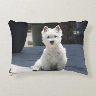 Het witte Hoogland Terrier die van het Westen op Decoratief Kussen