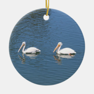 het witte ornament van het pelikaanpaar