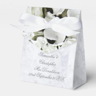 Het witte romantische huwelijk van het bloemboeket bedankdoosjes