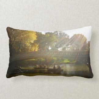 Het Zonlicht van de herfst - Central Park - NYC Lumbar Kussen