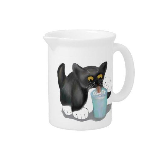 Het zwarte Katje van de Smoking neemt een Glas Drink Pitcher