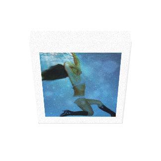 Het zwemmen stretched canvas prints