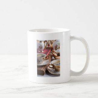 Hete koffie en retro aardewerk voor ontbijt koffiemok