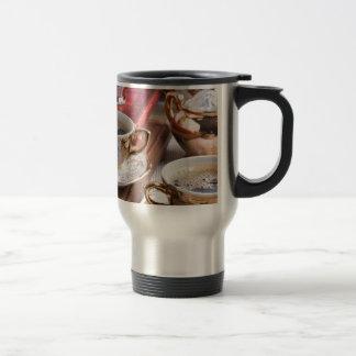 Hete koffie en retro aardewerk voor ontbijt reisbeker