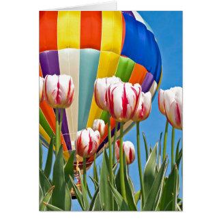 Hete luchtballon en tulpen voor het denken aan u wenskaart
