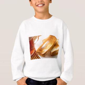 Hete toost met boter op een wit bordclose-up trui