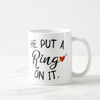 Hij zette een Ring op het de Vrouw van de Koffiemok