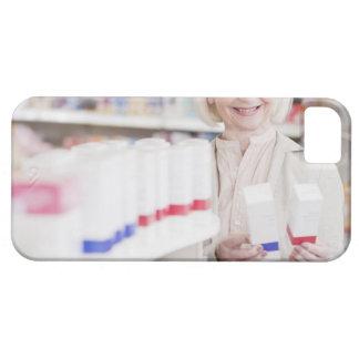 Hogere vrouw die pakketten in drogisterij barely there iPhone 5 hoesje