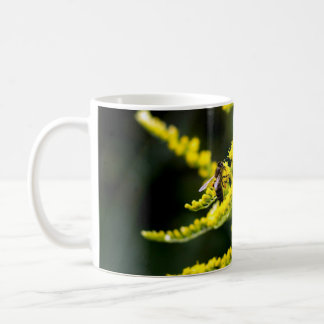 Honingbij op Gele Wildflower Koffiemok