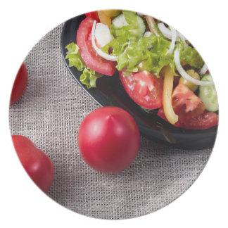 Hoogste het uitzicht verse tomaten en salade van diner bord