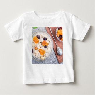 Hoogste uitzicht van een gedeelte van havermeel baby t shirts
