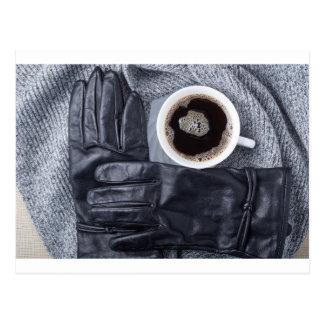 Hoogste uitzicht van een witte kop koffie en briefkaart