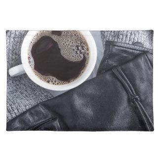 Hoogste uitzicht van een witte kop met koffie placemat