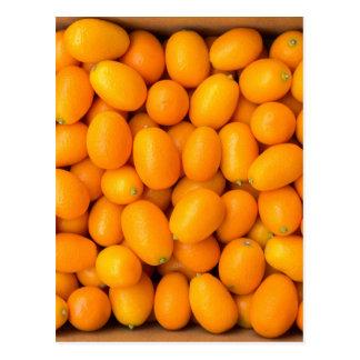 Hoop van oranje kumquats in kartondoos briefkaart