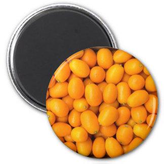 Hoop van oranje kumquats in kartondoos magneet