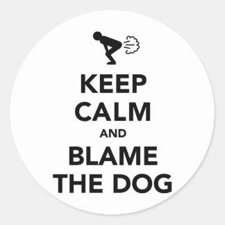 Houd Kalm en beschuldig de Hond Ronde Sticker