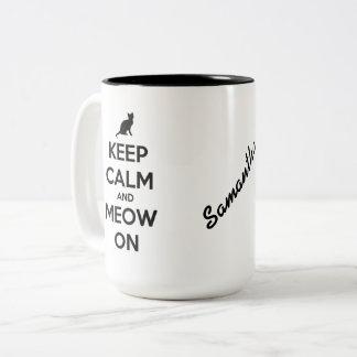 Houd Kalm en Gepersonaliseerde Miauw op Zwarte op Tweekleurige Koffiemok