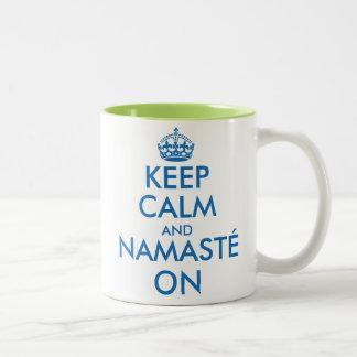Houd Kalm en Namasté op de mok van de