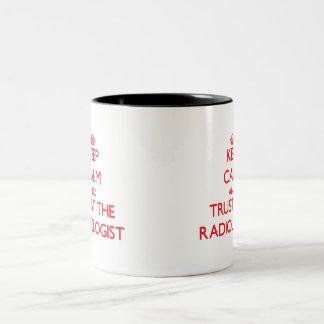 Houd Kalm en vertrouw op de Radioloog Tweekleurige Koffiemok