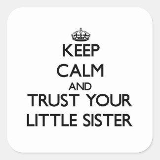Houd Kalm en vertrouw op uw Kleine Zuster Vierkante Sticker