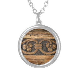 houten paneelbeeldhouwwerk zilver vergulden ketting