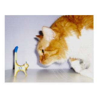 Humoristische Kat die bij het Houten Standbeeld Briefkaart