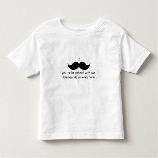 I snor u geduldig om te zijn… De peuter van de T-shirt