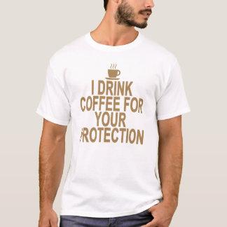 IK DRINK KOFFIE VOOR UW BESCHERMING. .png T Shirt