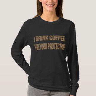 IK DRINK KOFFIE VOOR UW BESCHERMING T SHIRT
