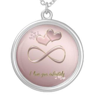 Ik houd van u oneindig de roze harten van de zilver vergulden ketting