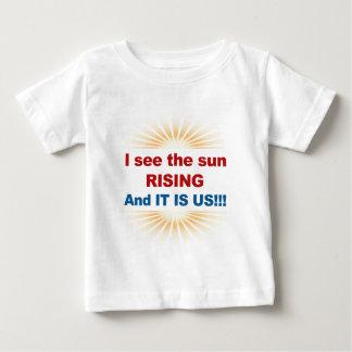 Ik zie de Zon toenemend en het is ons! Baby T Shirts